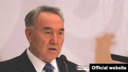 """Қазақстан президенті Нұрсұлтан Назарбаев """"Қазақстан-2030"""" конференциясында сөйлеп тұр. Астана, 12 қазан 2007 жыл."""
