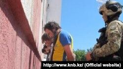 Предполагаемые члены радикальной религиозной группировки, задержанные во время операции спецслужб в Уральске. Фото с сайта КНБ Казахстана.