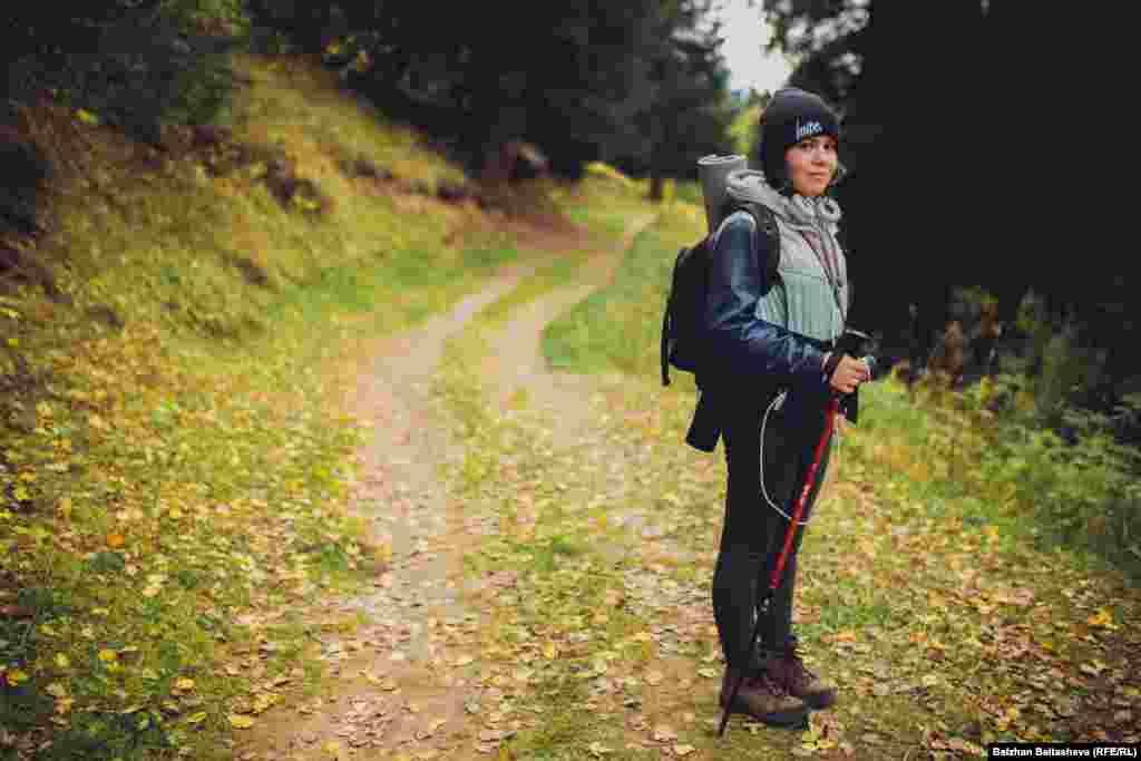 """Зарина, 24 жаста: """"Мен үшін тау деген - фотография. Көлік жетпейтін жаққа шығуға тырысамын. Жақсы фото түсіру үшін қай тұсына болса да барамын""""."""