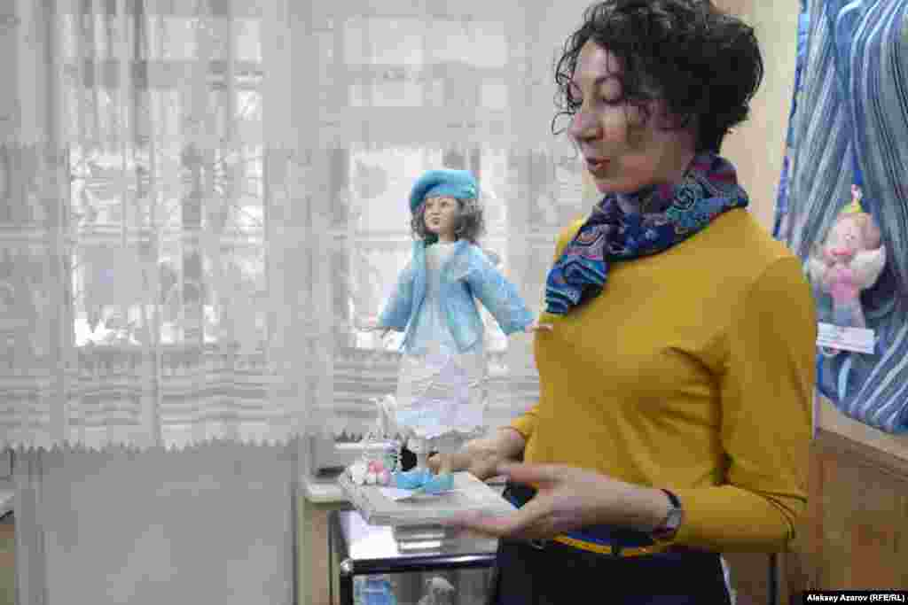Надежда Алтай-Крупская со своей работой «Королева ангелов», с которой в конкурсе кукольников заняла второе место во взрослой категории. Сам конкурс был условным, чтобы поддержать авторов кукол.