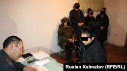 Задержанные гражданки Узбекистана на допросе в ИВС городского отделения внутренних дел Джалал-Абада.