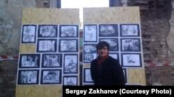 """Сергей Захаров на выставке своих рисунков, которые вошли в комикс """"Дыра"""""""
