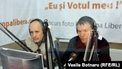 Valeriu Vasilică (Info-Prim Neo) și Nicolae Negru (Jurnal) în studioul Europei Libere