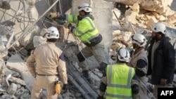 Сирійські рятувальники розбирають завали в Ідлібі після ймовірних російських авіаударів, 21 грудня 2015 року