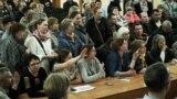 Актовый зал местной школы собрал не меньше 150 жителей Дербышек. У многих накопились вопросы к чиновникам.&nbsp;&nbsp;<br /> &nbsp;