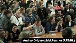 Чиновники общаются с жителями Дербышек. Не уставая напоминать: эта встреча — не публичные слушания. 11 апреля 2019 года