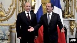 Ֆրանսիայի նախագահ Ֆրանսուա Օլանդը Ելիսեյան պալատում ողջունում է Ռուսաստանի նախագահ Վլադիմիր Պուտինին, 5-ը հունիսի, 2014թ․