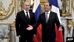 Президент Франції Франсуа Олланд вітає свого російського колегу Володимира Путіна в Єлисейському палаці, Париж, 5 червня 2014 року