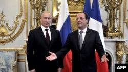 Президент России Владимир Путин (слева) и президент Франции Франсуа Олланд на встрече в Елисейском дворце. Париж, 5 мая 2014 года.