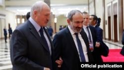 Kazakhstan - Belarusian President Alexander Lukashenko (L) and Armenian Prime Minister Nikol Pashinian talk during a CSTO summit in Astana, November 8, 2018.