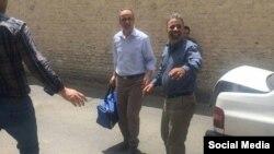 احمد زیدآبادی (نفر وسط) در بیرون از زندان