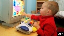 A képen nem a cikkben szereplő kisgyerek látható, hanem egy francia gyermek, amint egy számítógépen játszik.