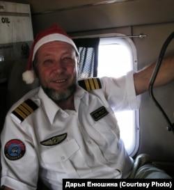 Константин Пеликаев отмечает Новый год в Африке, на борту самолета. 2012 г.