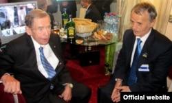 Бывший диссидент и экс-президент Чехии Вацлав Гавел и тогдашний глава Меджлиса крымскотатарского народа Мустафа Джемилев на Международной конференции «Форум 2000» в Праге, октябрь 2011 года