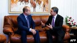 Presidenti bullgar, Rosen Plevneliev (djathtas) gjatë një bisede me presidentin e zgjedhur, Rumen Radev, 14 nëntor 2016