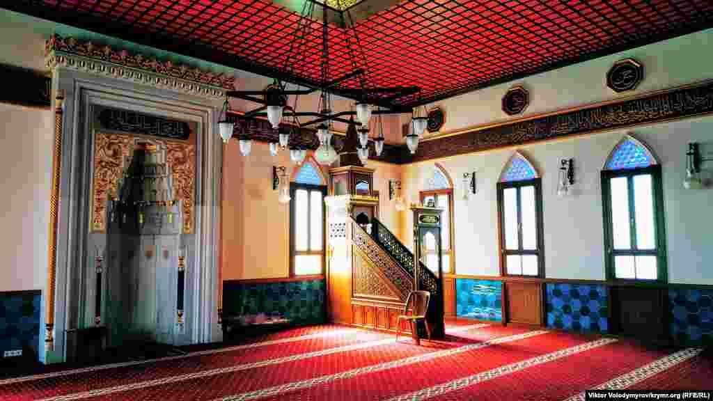 Разрушенную в начале ХХ века мечеть отстроили заново в 2014 году на деньги известного турецкого бизнесмена-миллиардера Мурата Улькера – внука последнего местного имама мечети Девлета-хаджи Ислама. При восстановлении мечети использовали мрамор, редкие породы дерева и сусальное золото Как выглядит Корбек джами снаружи и внутри – смотрите по ссылке
