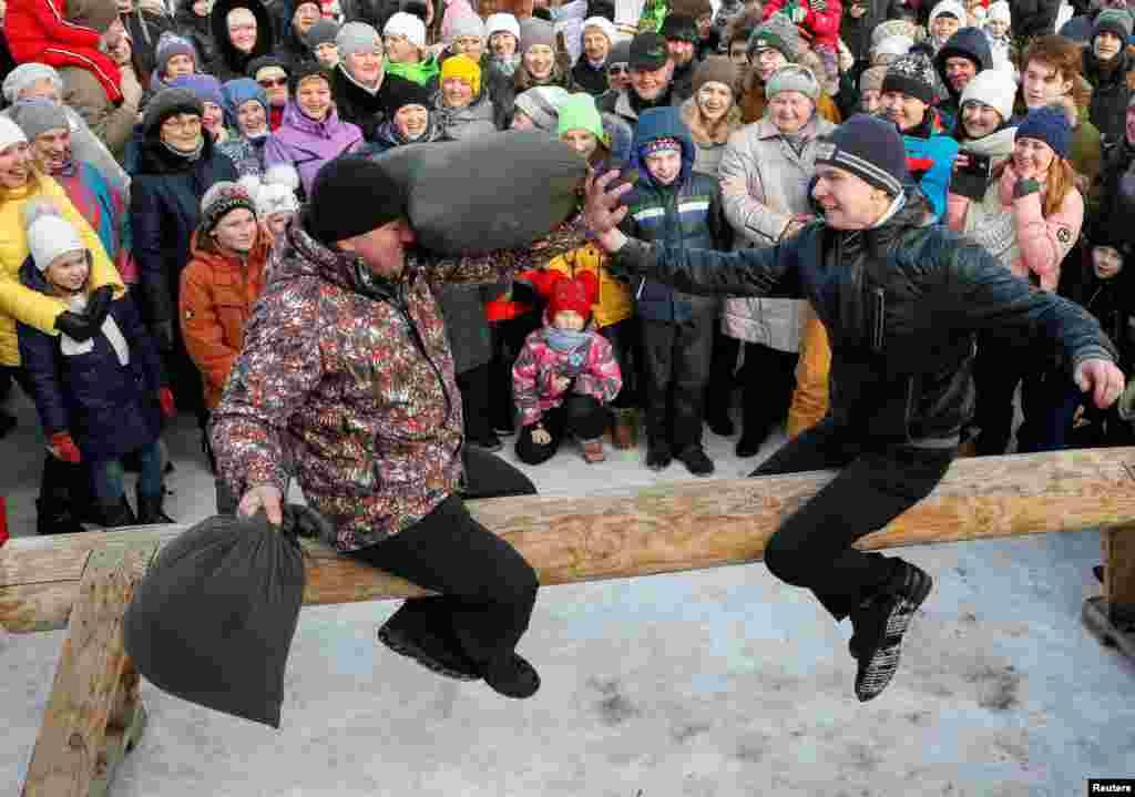 Традиційні бої подушками. Красноярськ, Росія