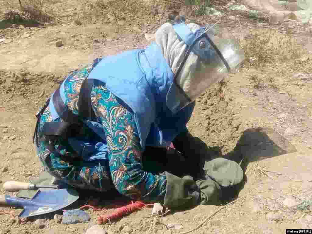 Организация Danish Deming Group обучает 15 женщин в провинции Бамиан разминированию наземных мин и самодельных взрывных устройств, с тем, чтобы они могли работать саперами в родных краях.