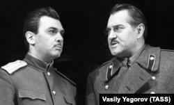 Під час вистави «Дні Турбіних», написаного на основі роману Михайла Булгакова «Біла гвардія». Москва, 2 липня 1968 року