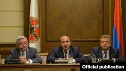 Հայստանի նախագահ Սերժ Սարգսյանը, վարչապետ Հովիկ Աբրահամյանը և վարչապետի պաշտոնի թեկնածու Կարեն Կարապետյանը ՀՀԿ խորհրդի նիստում
