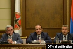 Зліва направо: президент Вірменії Серж Сарґсян, прем'єр-міністр Говік Абрагам'ян і кандидат на посаду прем'єр-міністра Карен Карапетян на засіданні ради Республіканської партії Вірменії, Єреван, 8 вересня 2016 року