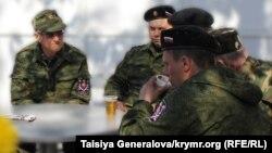Члены «самообороны» в одном из кафе Симферополя, 11 апреля 2014 года