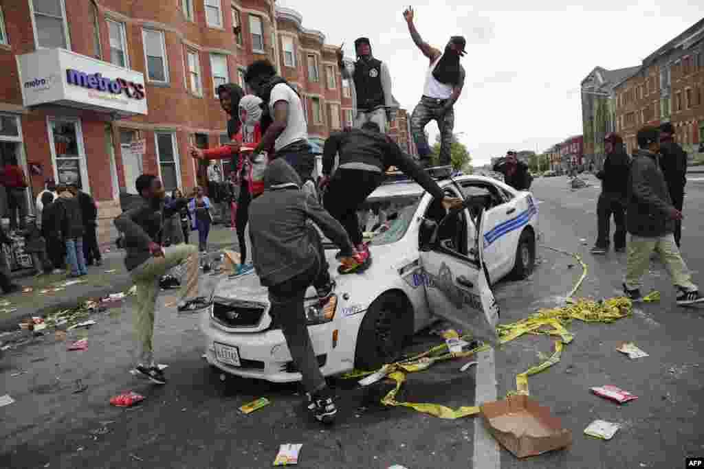 Участники уличных беспорядков на Пенсильвания и Норт-Авеню в Балтиморе.