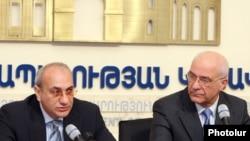 Հայաստանի Փոքր եւ միջին ձեռնարկատիրության զարգացման խորհրդի անդամ Գագիկ Պողոսյան (ձախ)
