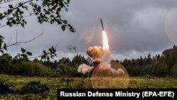 Запуск крилатої ракети з установки комплексу «Іскандер» під час навчань, Росія, 2017 рік. Нові крилаті ракети 9М729 до цього комплексу порушують визначальний договір, доводять у США