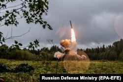 Zvaničnici SAD-a i NATO-a konstantno optužuju Rusiju da razvija oružane sisteme za koje kažu da narušavaju INF ugovor, kojim se zabranjuje korištenje raketa srednjeg dometa.