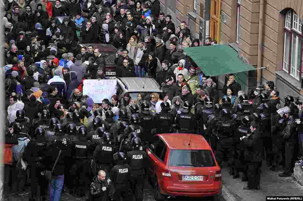 Полиция блокирует протестующих. Сараево, 9 февраля