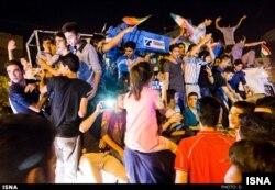 Tehran - insanlar nüvə razılaşmasını bayram edirlər.