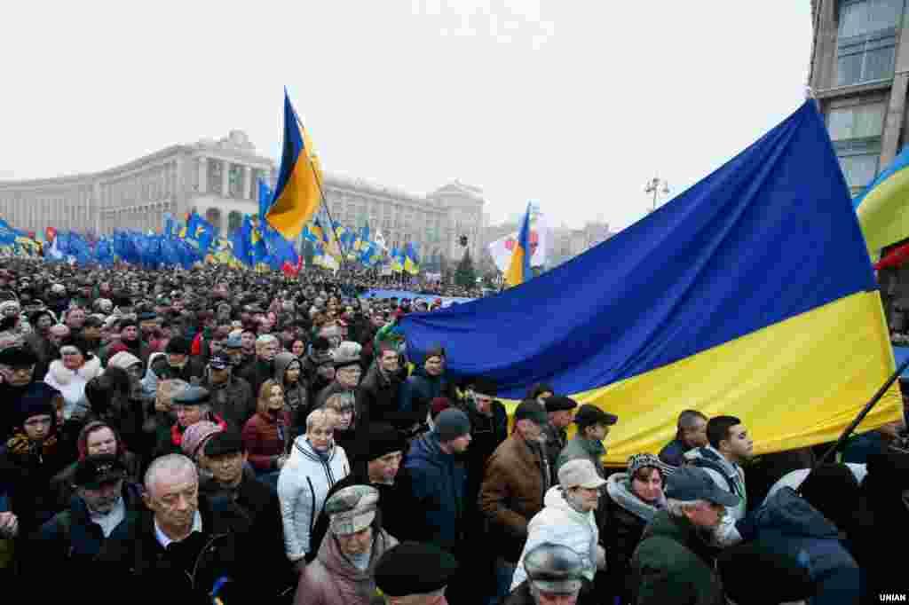 Учасники віче «За європейську Україну!» в Києві 24 листопада 2013 року
