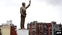 Памятник Биллу Клинтону в Приштине