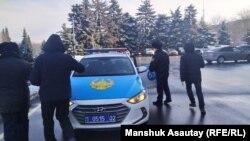 Асхат Жексебаевты ұстап бара жатқан полиция қызметкерлері. 14 ақпан 2020 жыл.