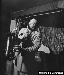 Лестер Янг – тенор-саксофон