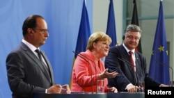 Прэзыдэнт Францыі Франсуа Алянд (зьлева), канцлер Нямеччыны Ангела Мэркель (у цэнтры) і прэзыдэнт Украіны Пятро Парашэнка падчас сустрэчы ў Бэрліне. 24 жніўня 2015 году