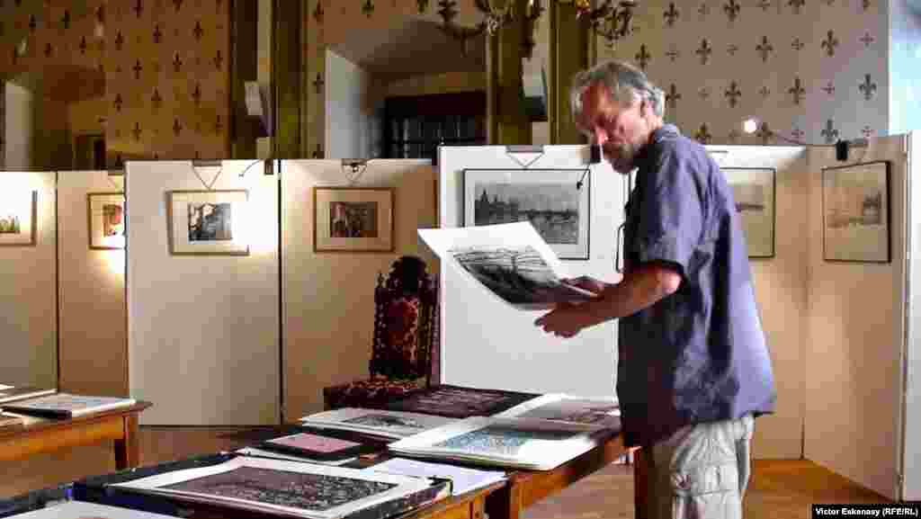 Gravorul și ebenistul Pavel Macek în expoziția sa, Evian 2011