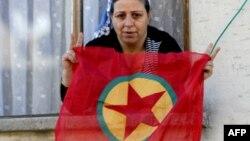 Жінка з прапором угруповання «Робітнича партія Курдистану» в місті Діярбакирі в Туреччині, архівне фото