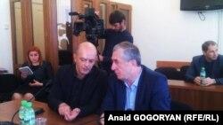 Депутат Алмас Джапуа беседует с коллегой Асланом Кобахия, 17/04/2016, фото Анаид Гогорян
