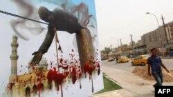 عراقي يمر بالقرب من ملصق كبير يستذكر سقوط نظام صدام حسين في 9/4/2003