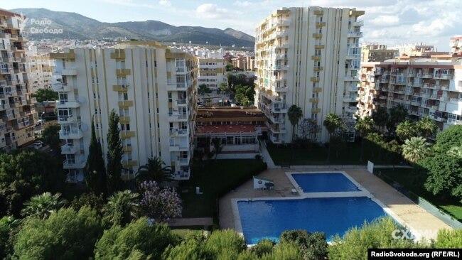 Також «Схеми» встановили, що на родичів та друзів ексголови Вищого госпсуду Віктора Татькова записано десятки обєктів нерухомості в Іспанії