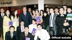 Рахмон встречался с таджикскими студентами в Берлине. Фото из официального сайта президента РТ