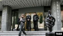 Охрана у входа в гостевой дом грузинского посольства в Москве