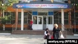 Здание школы-гимназии № 5 города Алматы. Сентябрь 2013 года.