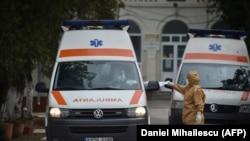 O ambulanță părăsește spitalul din Țăndărei