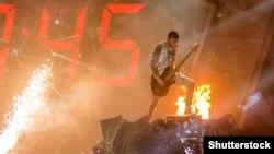 Один із музикантів рок-гурту О.Тorvald під час виступу з піснею Time у фіналі національного конкурсу, який представлятиме Україну на «Євробаченні-2017». Київ, 26 лютого 2017 року
