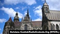 Собор Святої Алжбети (позаду), храм Святого Міхала /попереду праворуч), Кошице, Словаччина