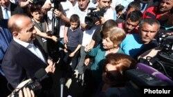 Премьер-министр Армении Овик Абрамянбеседует с жителями села Гарни, 21 мая 2016 г․