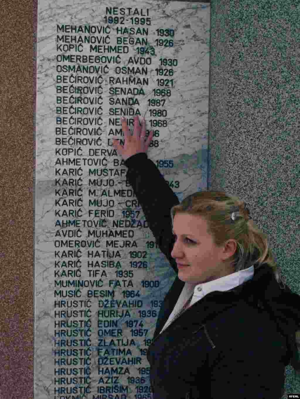 BiH - Senida Bećirović - Senida Bećirović, iz okoline Kalesije, pokazuje svoje ime na spomen obilježju nestalim osobama. Odrasla je u Beogradu kao Mila Janković i sada je pronašla oca i rođake... Foto: Maja Nikolić, RFE/RL